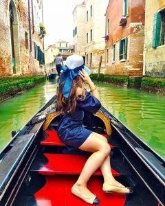 eine Frau in einer Gondel in Venedig Italien
