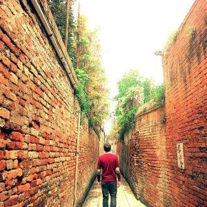 ein Mann, der die Straßen von Venedig geht